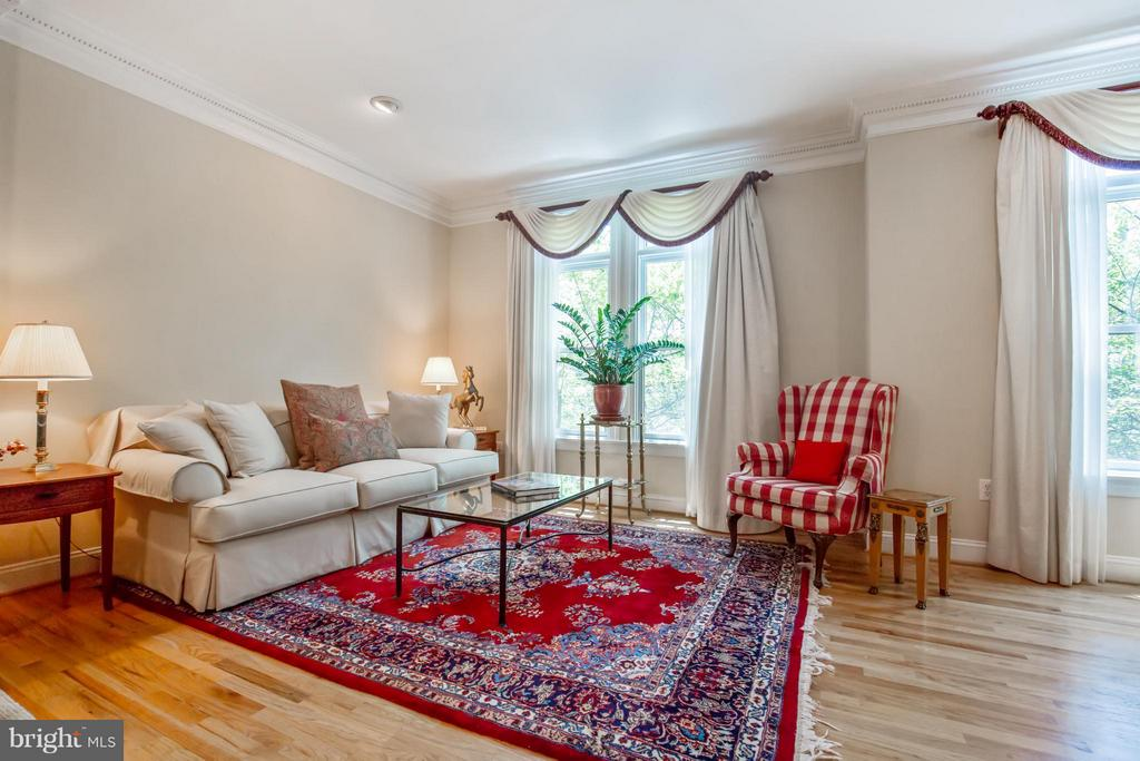 Family Room w/ 9ft+ Ceilings - 3305 WASHINGTON BLVD, ARLINGTON