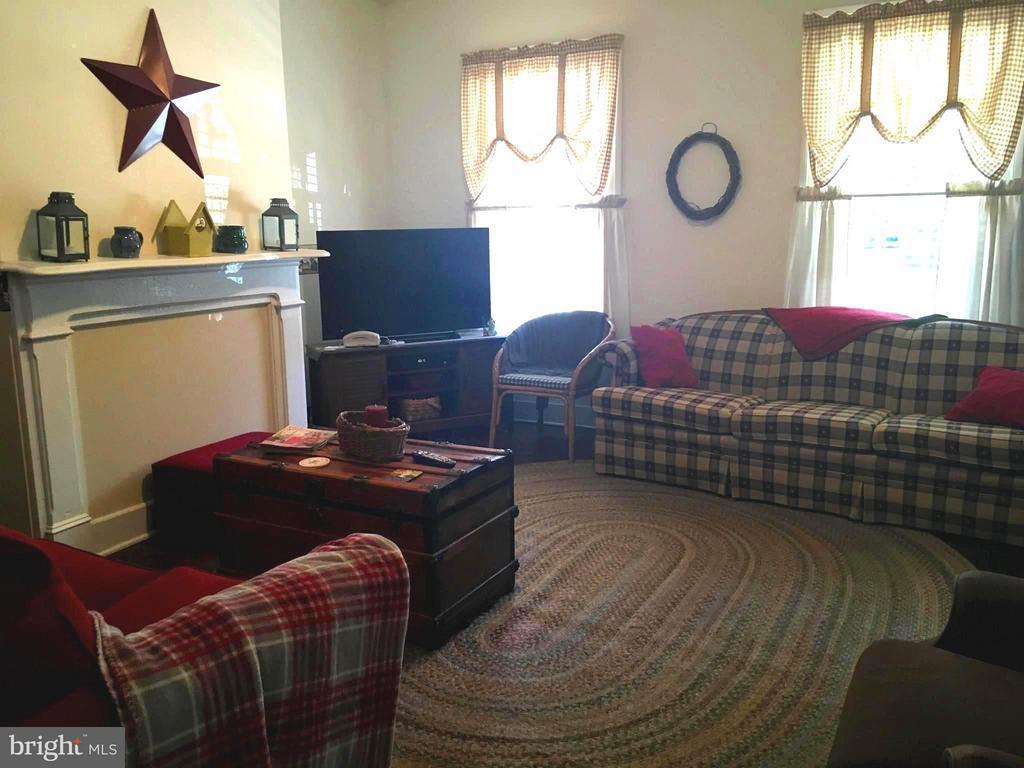 Cozy Living Room - 1614 CAROLINE ST, FREDERICKSBURG