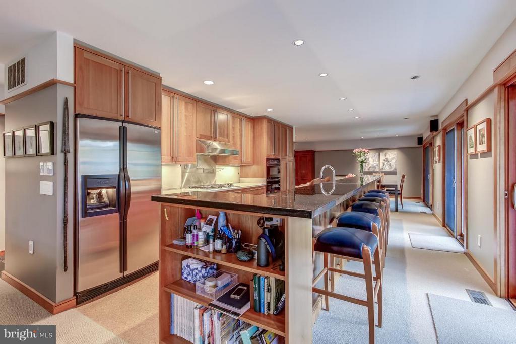 Custom appliance garage w/halogen lighting - 1706 PUTTER LN, RESTON