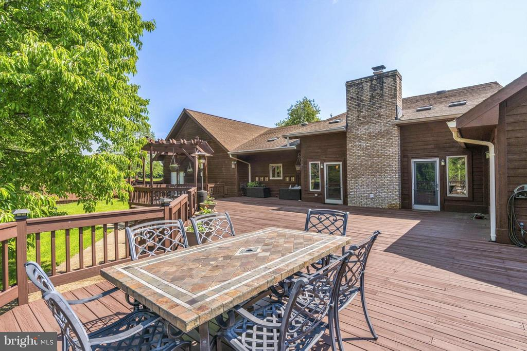 Fantastic Deck - 38581 DAYMONT LN, WATERFORD