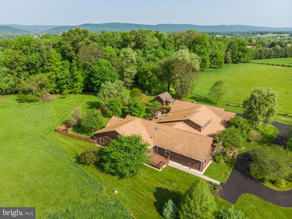 Spectacular private but open setting - 38581 DAYMONT LN, WATERFORD