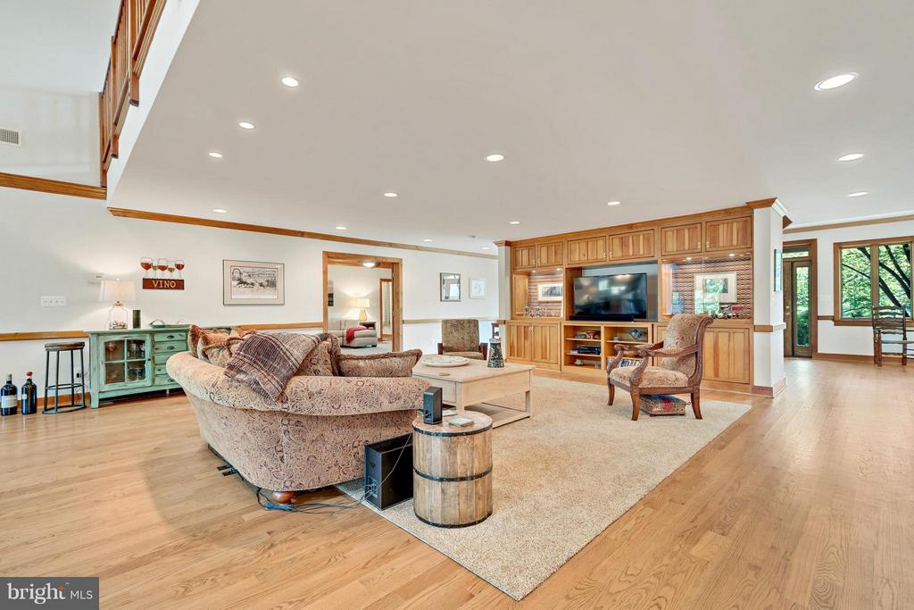 Family room w/Custom built in Cabinets - 38581 DAYMONT LN, WATERFORD