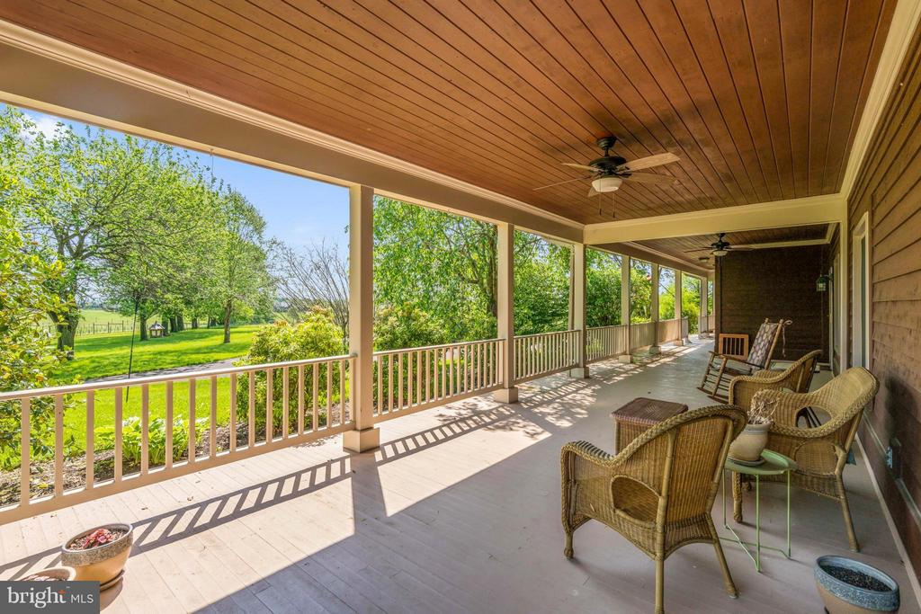 Watch the World Go By on the full front porch !!!! - 38581 DAYMONT LN, WATERFORD