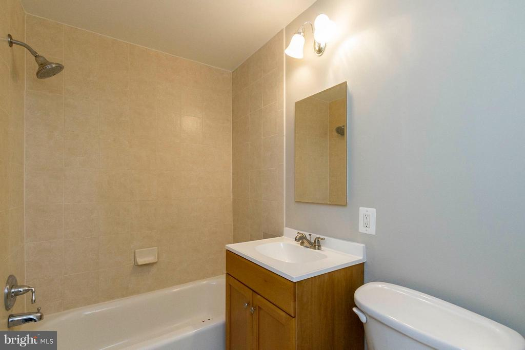 Bath - 750 DICKERSON ST #313, ARLINGTON