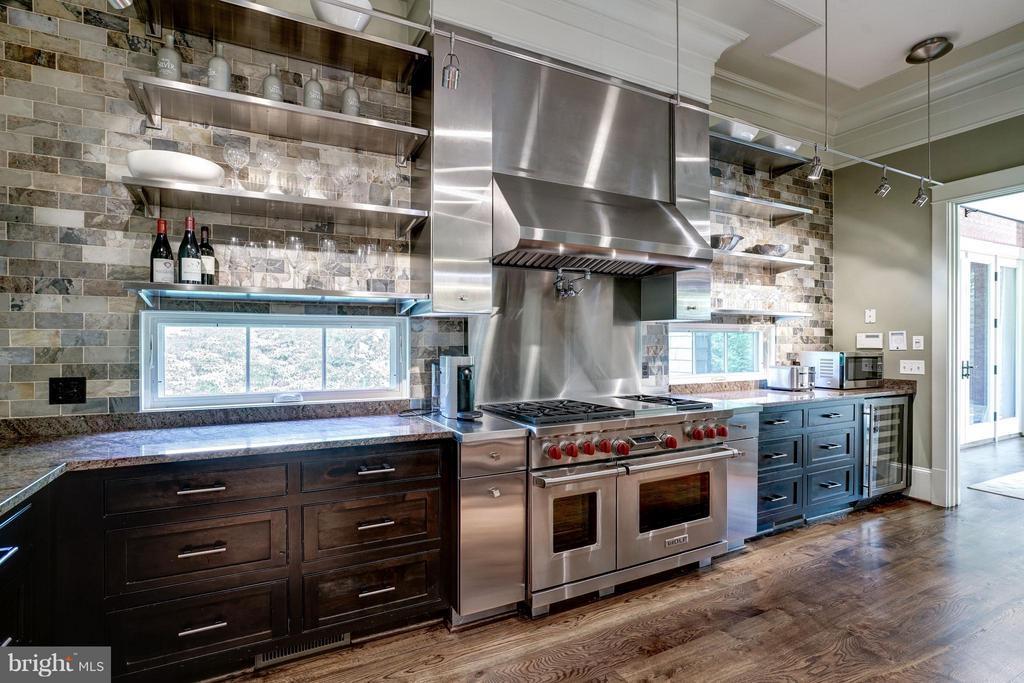 Gourmet Kitchen - 412 CHAIN BRIDGE RD, MCLEAN