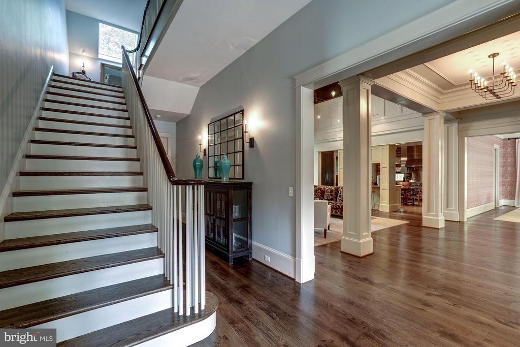Foyer / Staircase / Reception - 412 CHAIN BRIDGE RD, MCLEAN