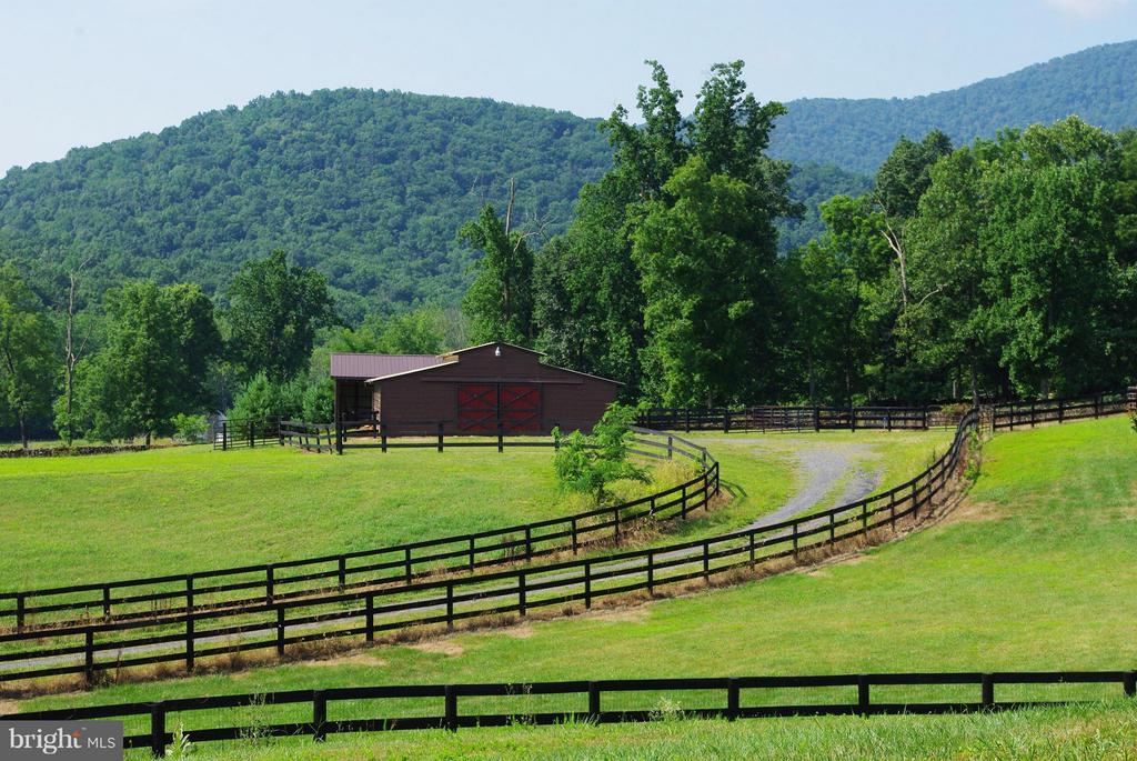 Six-Stall Horse Barn - 41 OLD BROWNTOWN LN, HUNTLY