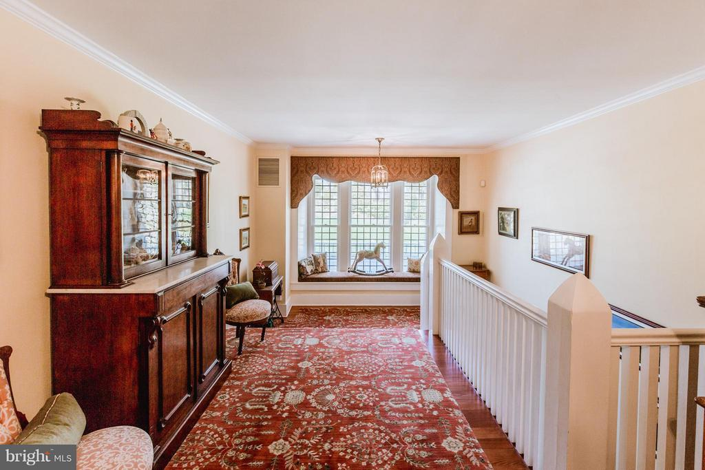 Second floor hall with window seat and ample space - 18490 BLUERIDGE MOUNTAIN RD, BLUEMONT