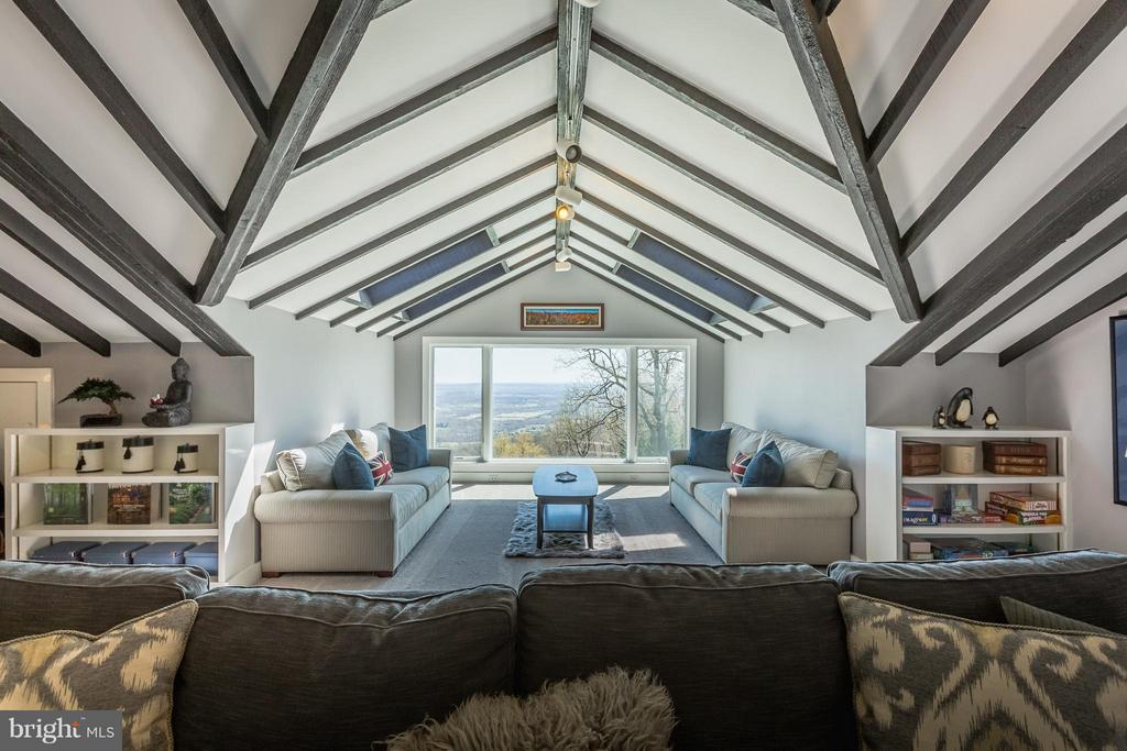 3th floor living room - 18490 BLUERIDGE MOUNTAIN RD, BLUEMONT