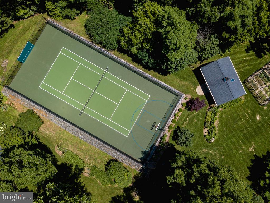 Enclosed Tennis court (also with basketball hoops) - 18490 BLUERIDGE MOUNTAIN RD, BLUEMONT