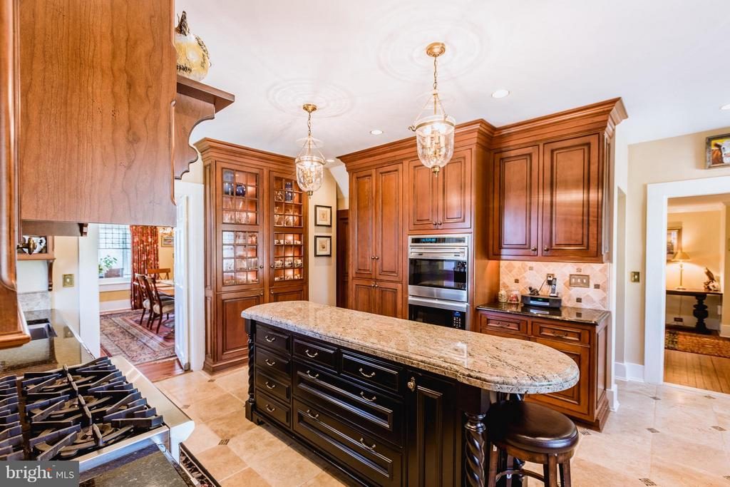 Tasteful and customized cabinetry. - 18490 BLUERIDGE MOUNTAIN RD, BLUEMONT