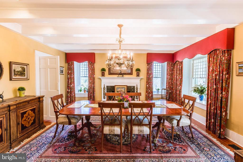 Dining room for entertaining large parties. - 18490 BLUERIDGE MOUNTAIN RD, BLUEMONT