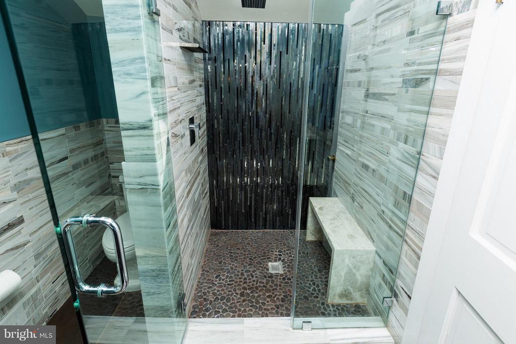 3th floor full bath - 18490 BLUERIDGE MOUNTAIN RD, BLUEMONT