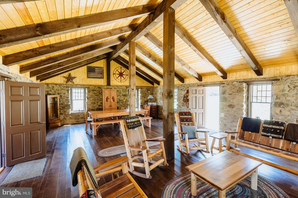 Inside your spacious hunting cabin - 18490 BLUERIDGE MOUNTAIN RD, BLUEMONT