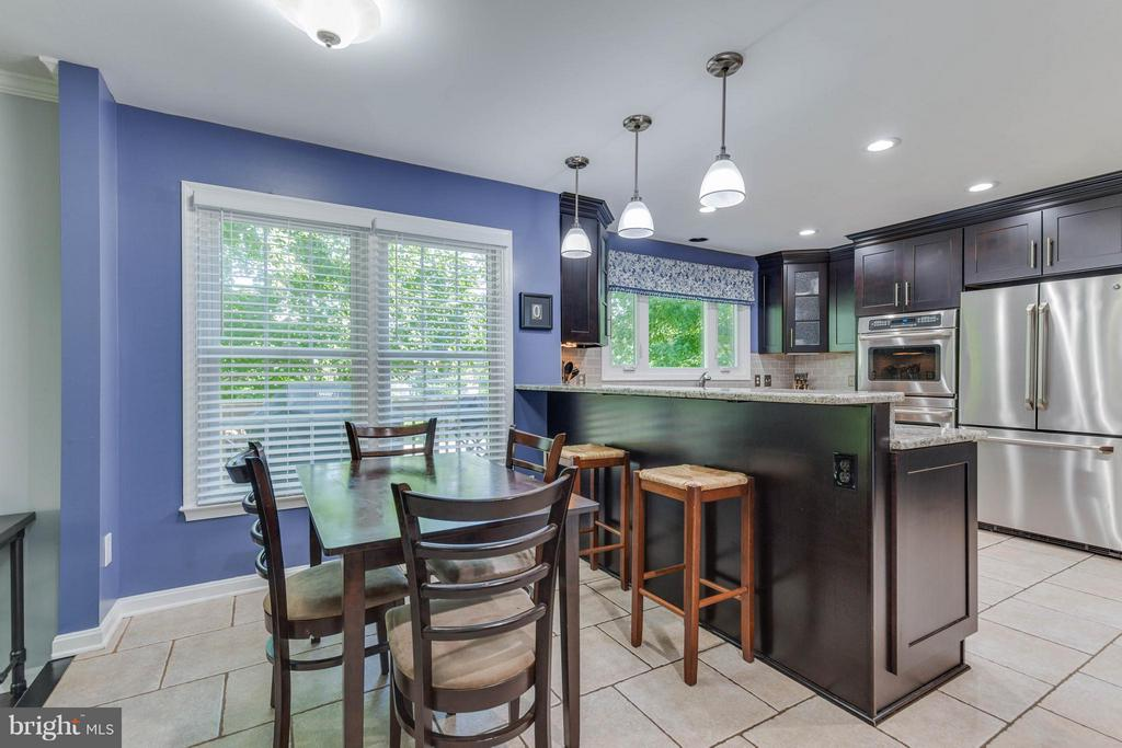 Breakfast bar and room for a table - 8808 TELEGRAPH CROSSING CT, LORTON