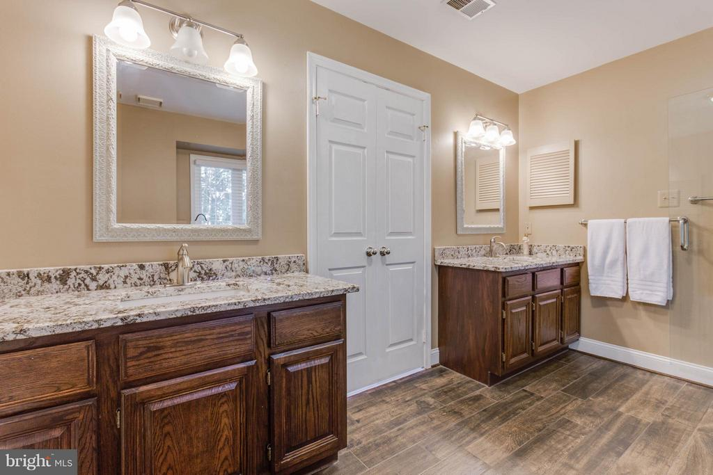 Separate dual vanities - 8808 TELEGRAPH CROSSING CT, LORTON