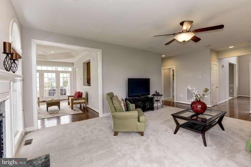 Family Room opens to sunroom - 43046 CASTLEBAR ST, CHANTILLY