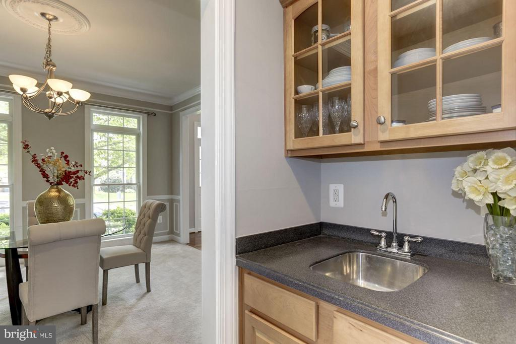 Wet bar connects Kitchen to Dining room - 43046 CASTLEBAR ST, CHANTILLY