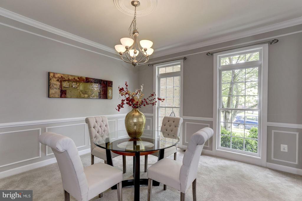 Woodwork details for elegant dining room - 43046 CASTLEBAR ST, CHANTILLY