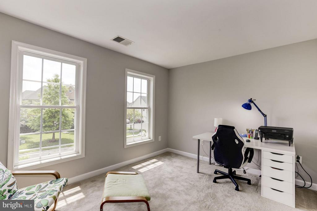 Private sitting area, great exercise room/office - 43046 CASTLEBAR ST, CHANTILLY