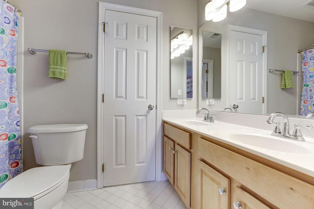 Jack and Jill Bathroom - 43046 CASTLEBAR ST, CHANTILLY