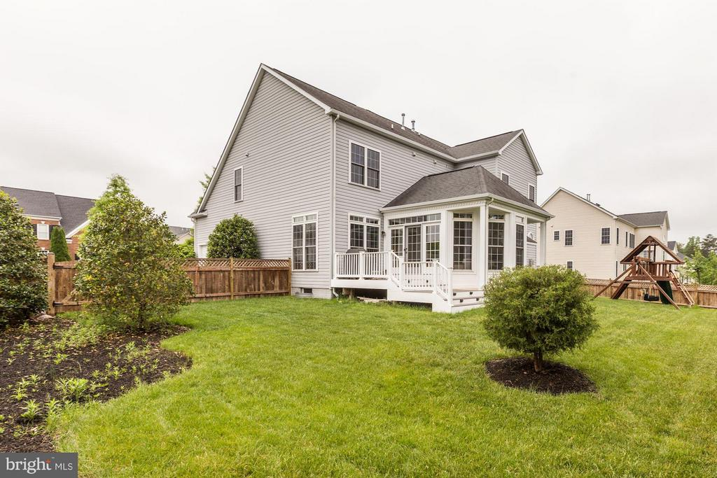 Fenced yard, composite deck and sunroom - 43046 CASTLEBAR ST, CHANTILLY