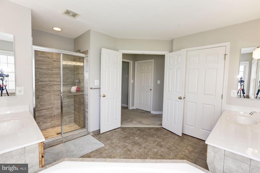 Large tiles master shower - 43046 CASTLEBAR ST, CHANTILLY