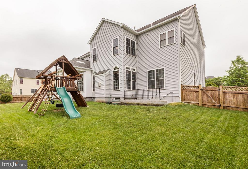 Yard with playset - 43046 CASTLEBAR ST, CHANTILLY