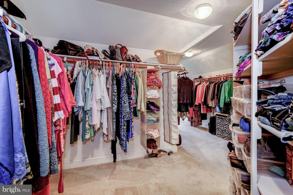 Huge Master Closet - 5874 IRON STONE CT, CENTREVILLE