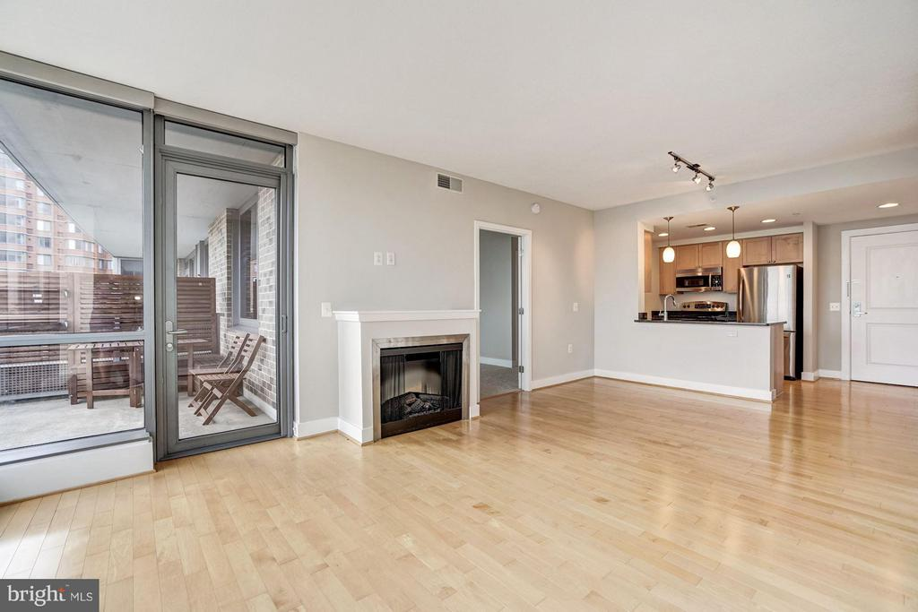 Cozy Fireplace and Easy Balcony Access - 2001 15TH ST N #309, ARLINGTON