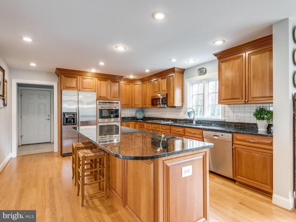 Gourmet Kitchen w/WOLF cooktop & ovens, Granite - 3169 MARY ETTA LN, OAK HILL