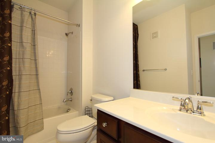 Upper level full bath - 9551 SOUTH HALL TER, MANASSAS