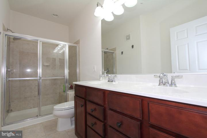 Master bathroom with double sinks - 9551 SOUTH HALL TER, MANASSAS