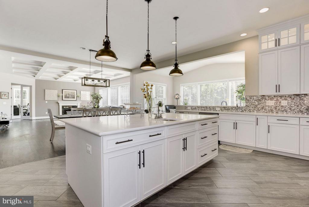 Expansive Island - 5694 COLCHESTER RD, CLIFTON