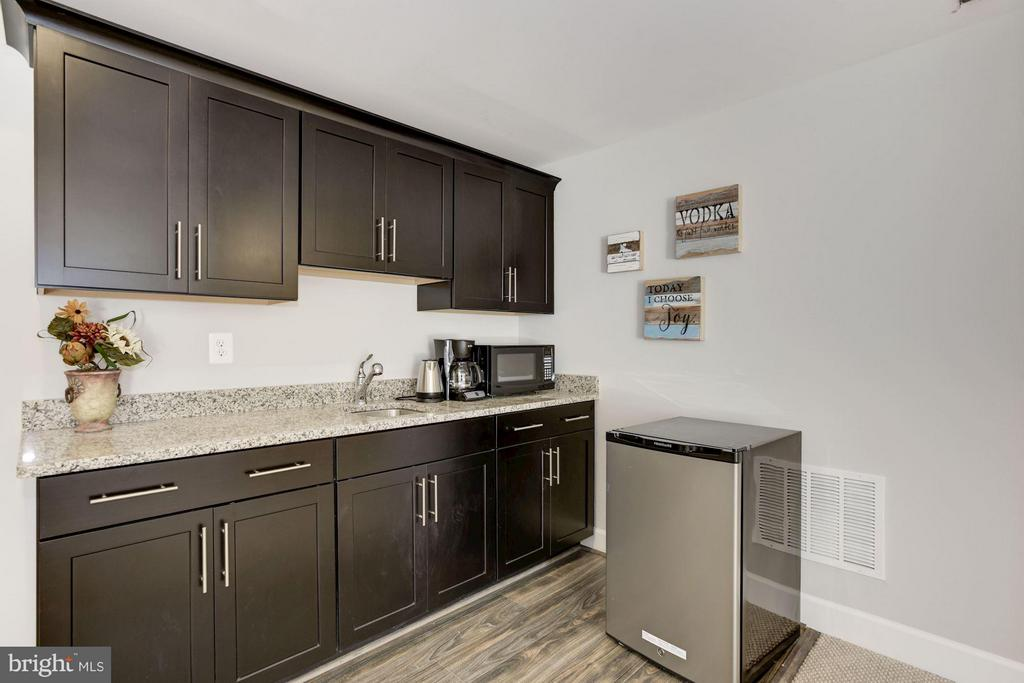 Wet bar in lower level - 5694 COLCHESTER RD, CLIFTON