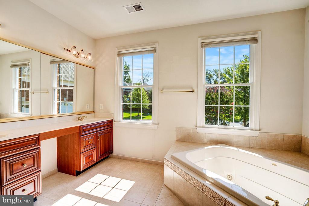 Upgraded Master Bath w/ Upgraded Ceramic Tile - 20093 WHISTLING STRAITS PL, ASHBURN