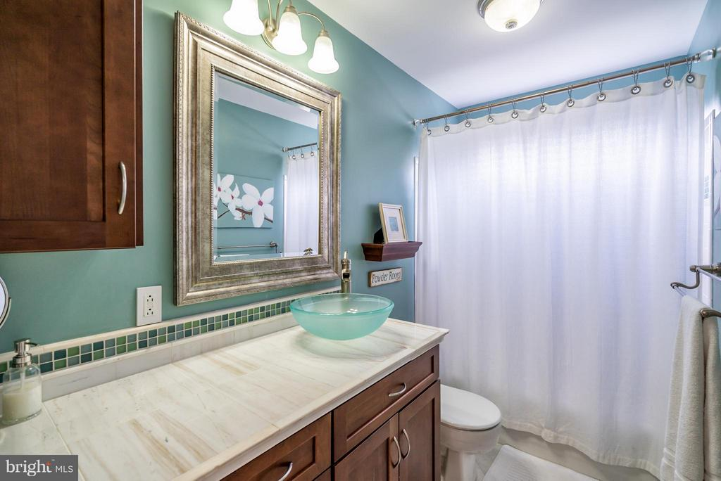 Renovated Hall Bathroom for Secondary Bedrooms - 20660 PARKSIDE CIR, STERLING