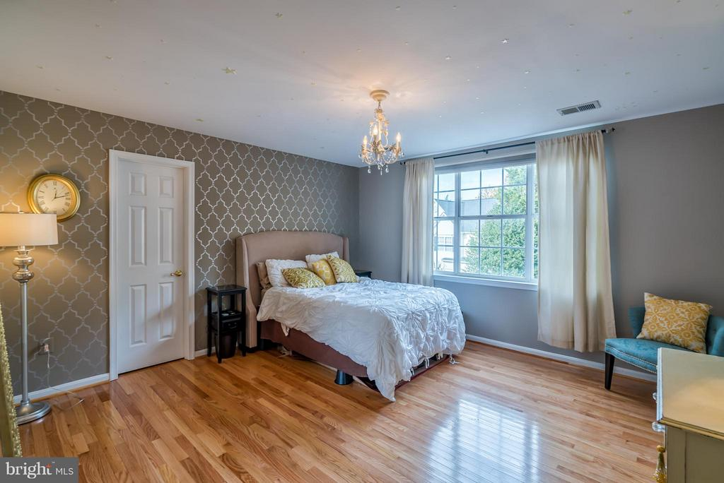 Hardwood w/ Walk-In Closet in Secondary Bedroom #1 - 20660 PARKSIDE CIR, STERLING