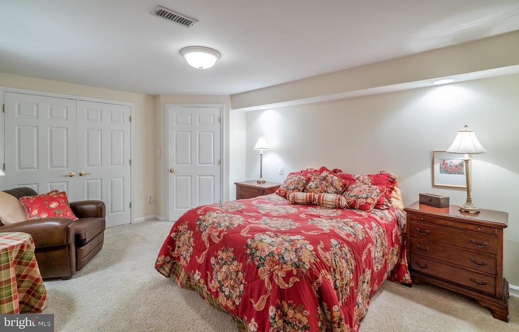 Full Guest Room with Closet and Bathroom - 20660 PARKSIDE CIR, STERLING