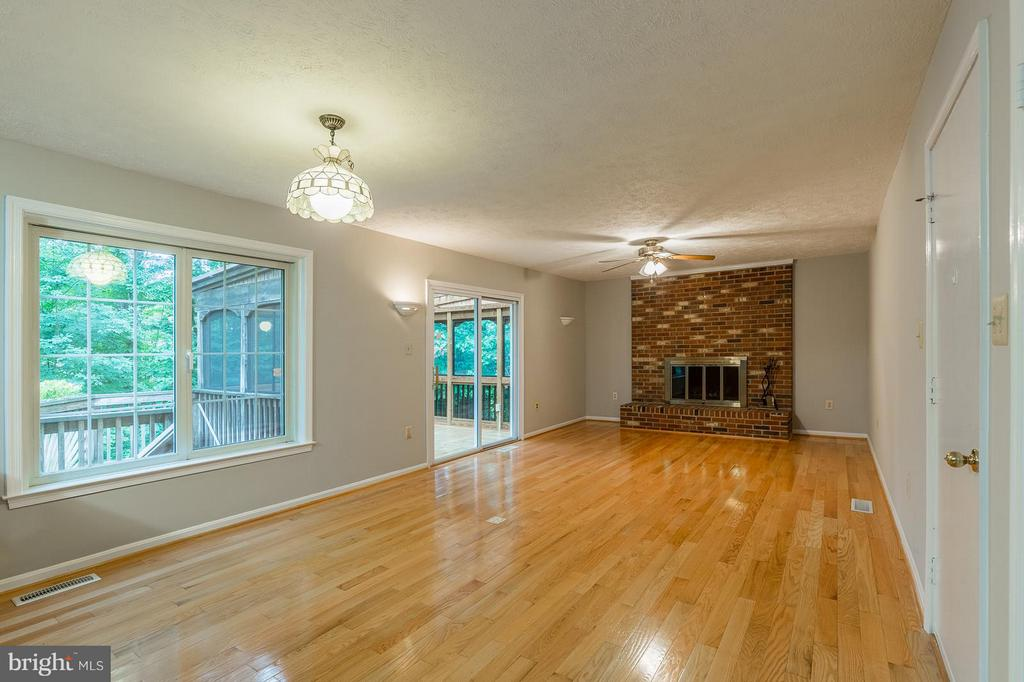 Breakfast Area and Family Room - 15324 EDGEHILL DR, DUMFRIES