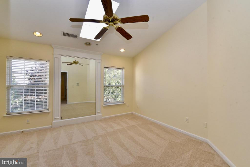Bedroom (Master) with vaulted ceilings w sky light - 43172 LAWNSBERRY SQ, ASHBURN