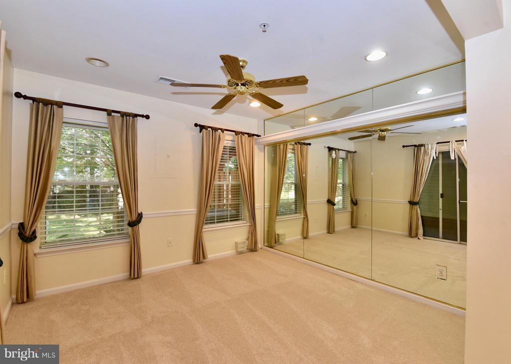 Family Room on main level with walkout to backyard - 43172 LAWNSBERRY SQ, ASHBURN
