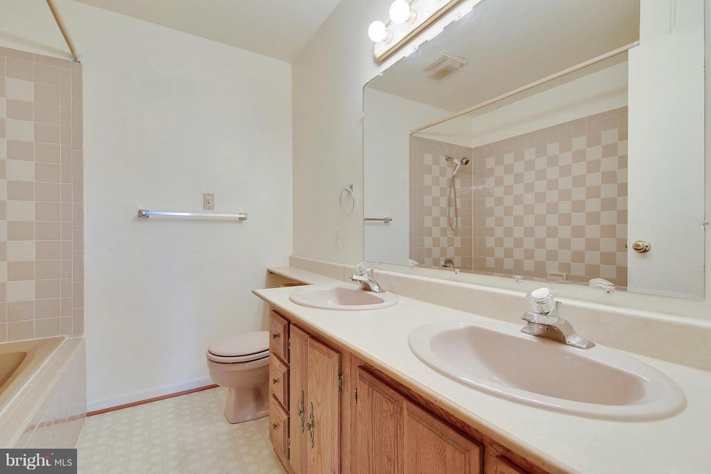 In-Law Suite Bath w/Jacuzzi Tub - 1341 GORDON LN, MCLEAN