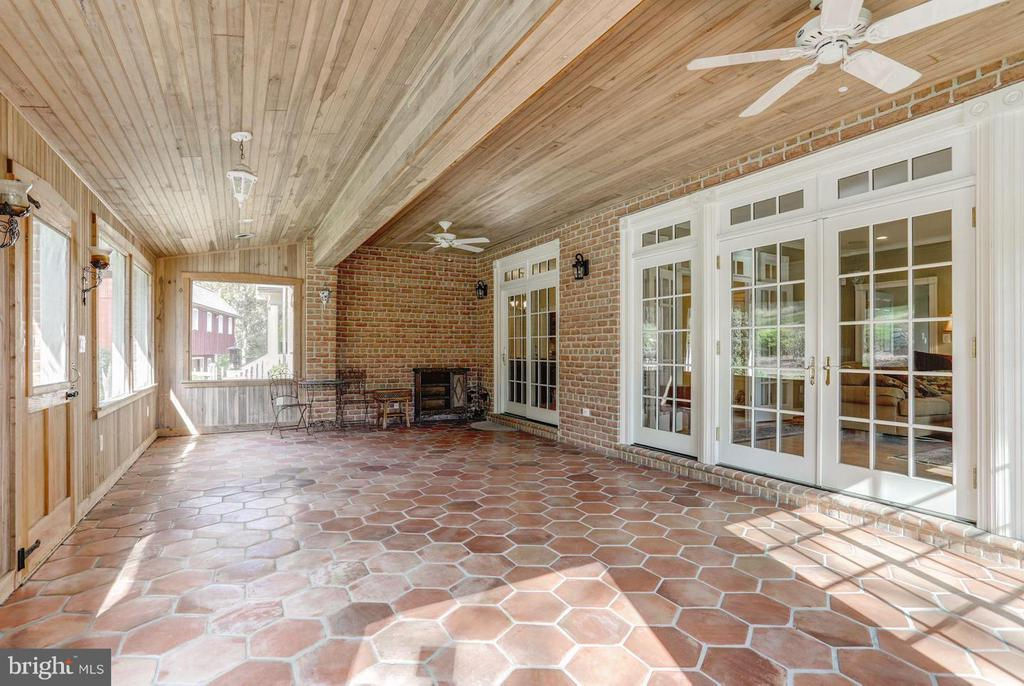 Screened in Porch Extends Living Area - 12717 HARPERS FERRY RD, PURCELLVILLE