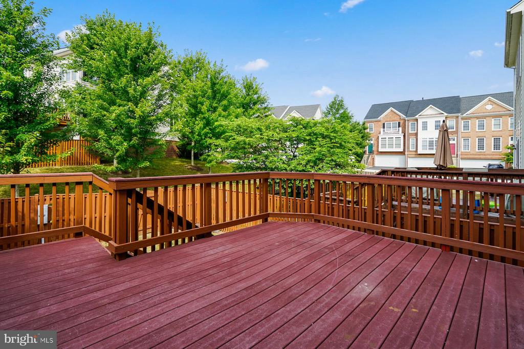Spacious Trex deck to enjoy to enjoy the outdoors! - 24643 CLOCK TOWER SQ, ALDIE