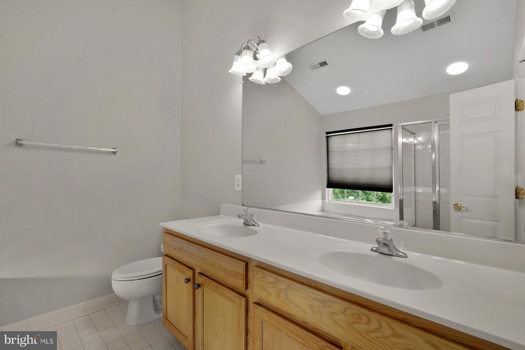 Double Vanity and large mirror - 24643 CLOCK TOWER SQ, ALDIE