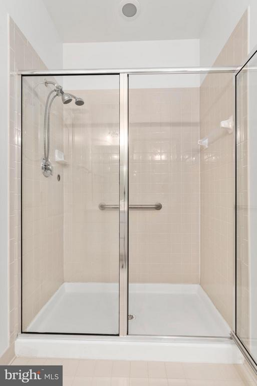 Large Shower! - 43 LEGEND DR, FREDERICKSBURG