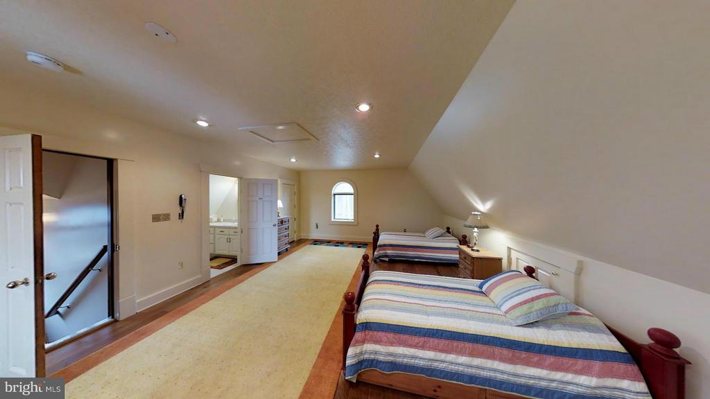 HUGE IN LAW SUITE ABOVE GARAGE. ANOTHER  IN BARN - 610 PIN OAK RD, PAW PAW