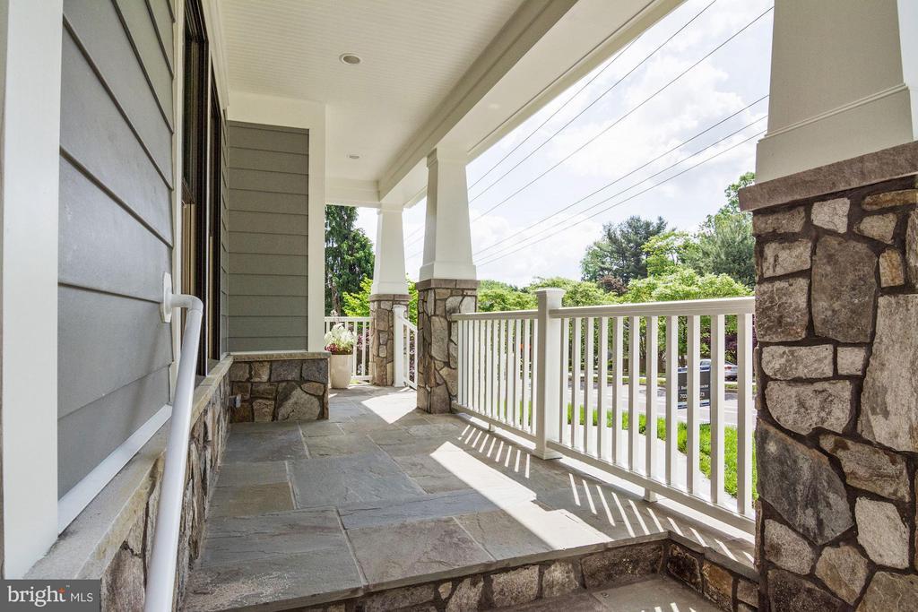 Sweeping flagstone front porch - 5601 WILLIAMSBURG BLVD, ARLINGTON