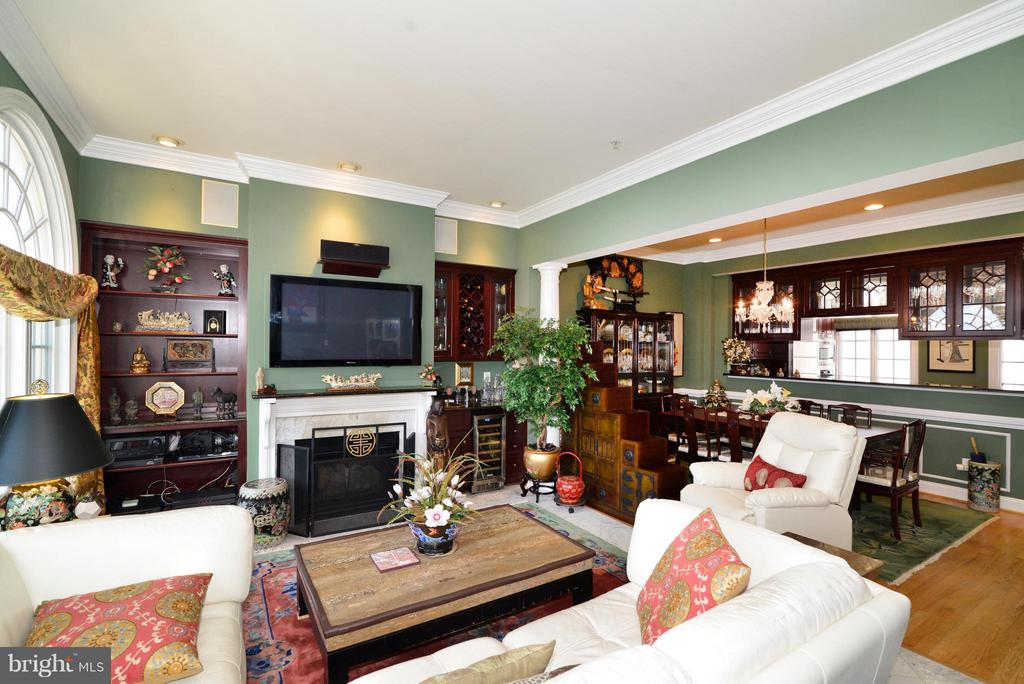 Family Room w/ Gas Fireplace - 1412 N MEADE ST, ARLINGTON